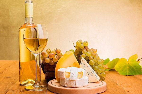 вино из березового сока подают в бокалах для белого вина