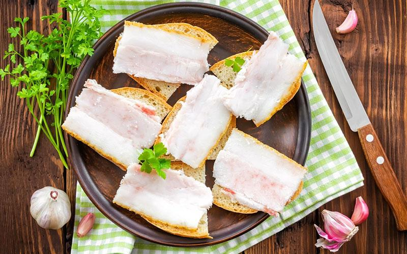 бутерброды с соленым салом