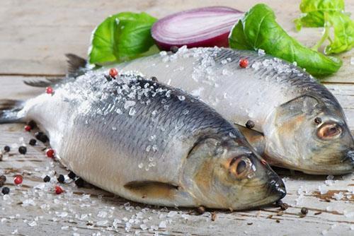 хорошо натираем рыбу солью