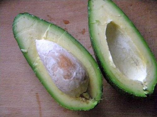 разрезаем авокадо и отделяем косточку