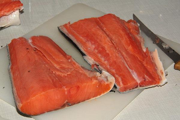 нарезать рыбу порционными кусками