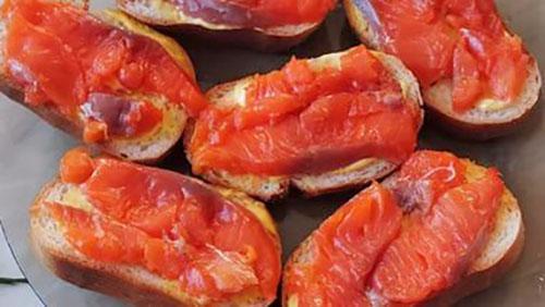бутерброды с соленой красной рыбой