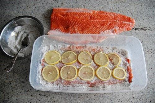 процесс засолки рыбы красной
