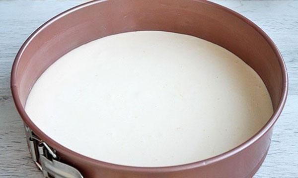 выливаем тесто в форму и ставим выпекать