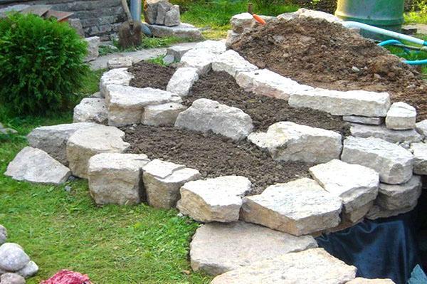 укладка камней и засыпка грунта