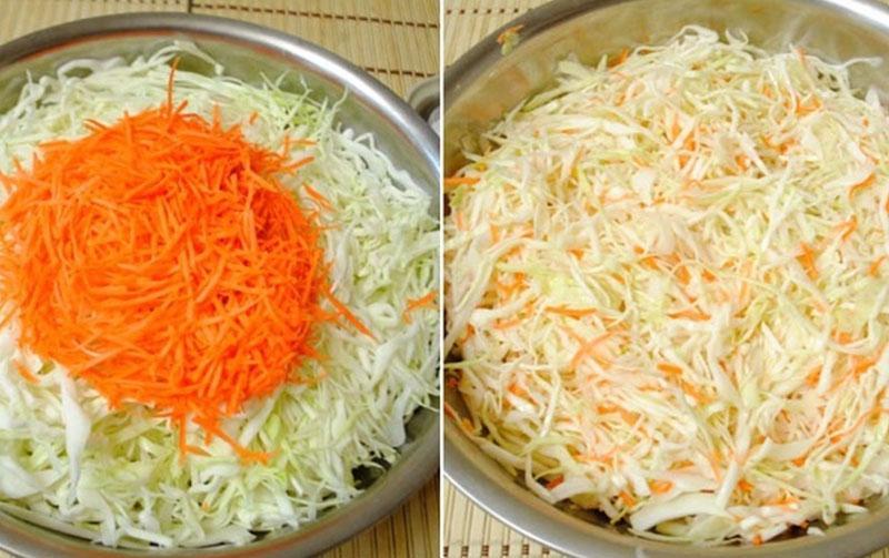 в миске смешать капусту с морковью и солью
