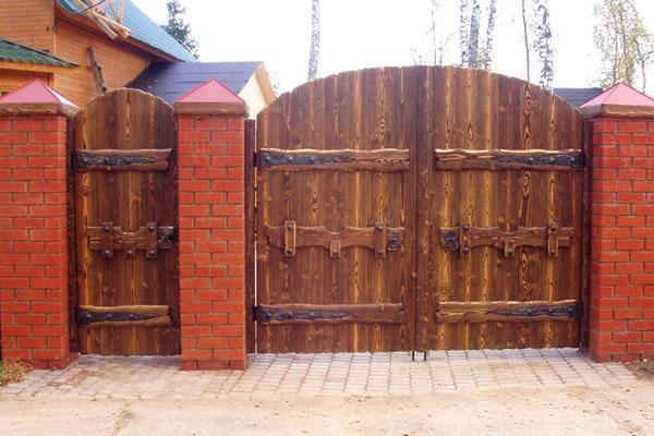 деревянная калитка и распашные ворота