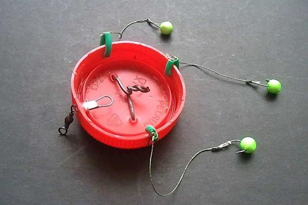 кормушка для рыбалки из пластиковой крышки