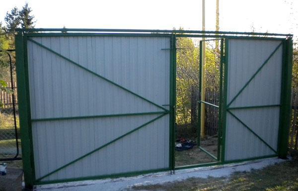 ворота из профнастила со стороны двора