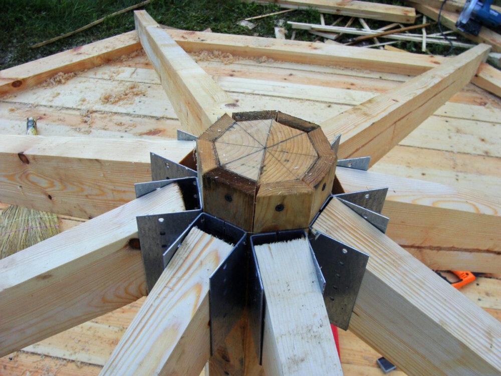 сбор конструкции крыши на земле