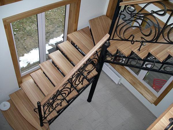 металлическая лестница с деревянными ступеньками