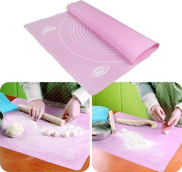 раскатываем тесто на силиконовом коврике
