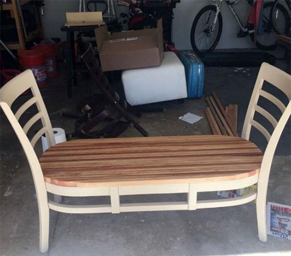 скамейка из старых стульев готова