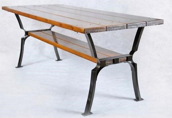 деревянная скамейка в металлической каркасе