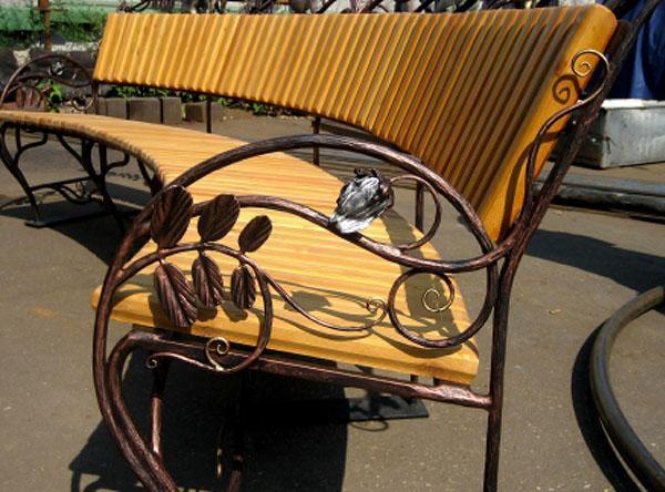 оригинальный дизайн скамейки из металла и дерева