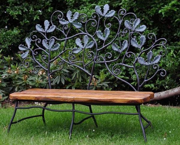 скамейка в саду для двоих