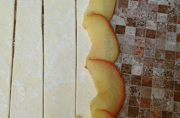 разложить яблоки на полоски теста