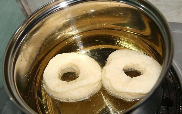 жарим пончики в прогретой сковороде