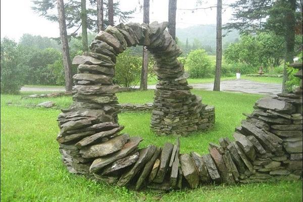 нестандартное решение дизайна садовой арки