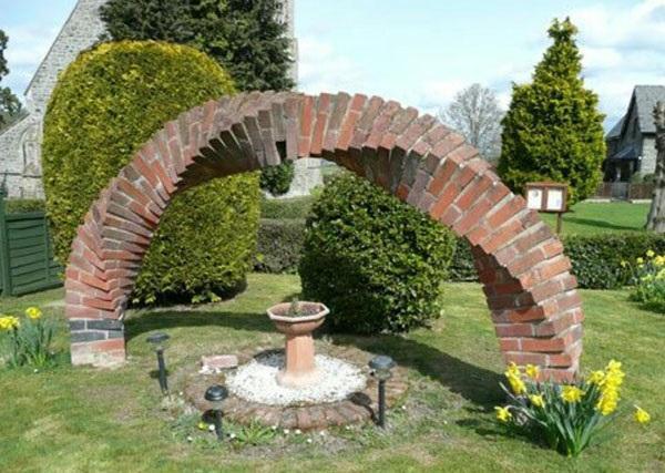 оригинальная кирпичная арка в саду