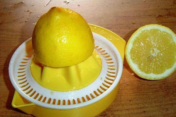 выжимаем сок лимона