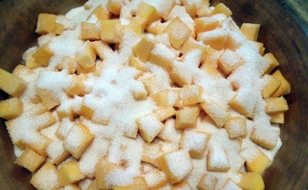нарезаем тыкву кубиками и засыпаем сахаром