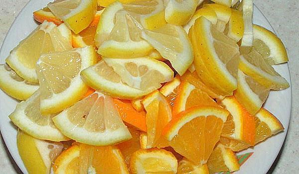 нарезаем апельсины и лимоны дольками