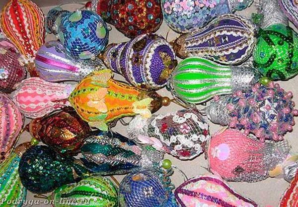 лампочки украшенные пайетками, бисером, ленточками