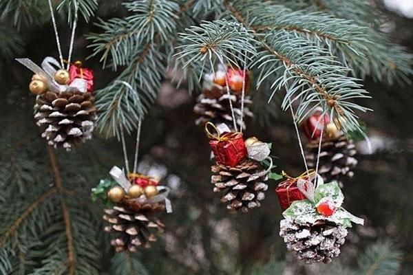 украшаем новогоднюю елку игрушками из шишек
