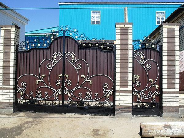 распашные кованые ворота и калитка