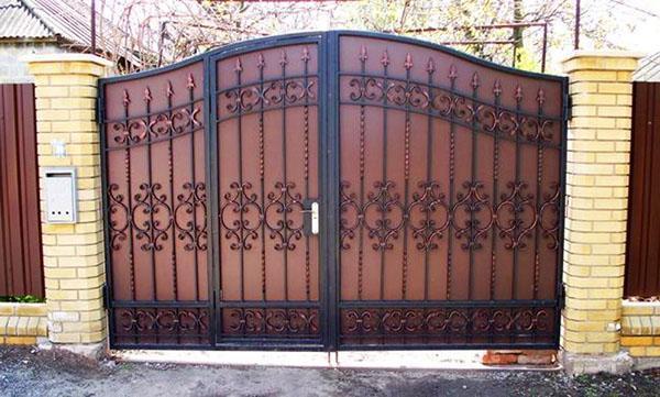 кованые ворота с калиткой внтури