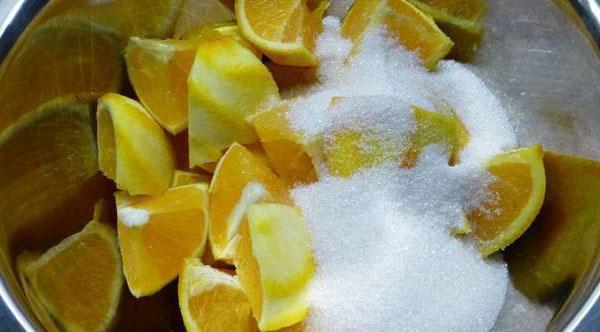 нарезанный апельсин посыпать сахаром