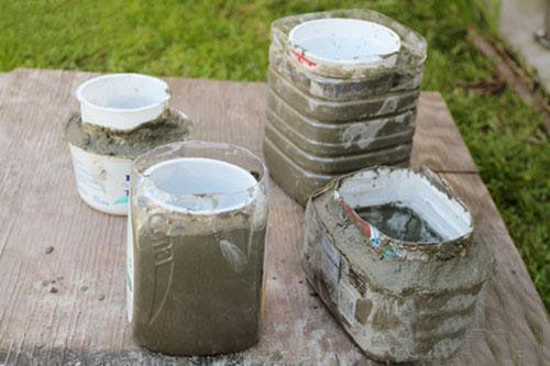 залитые бетонные формы вазонов