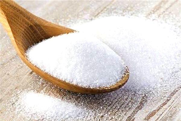 в процеженную смесь добавляем сахар