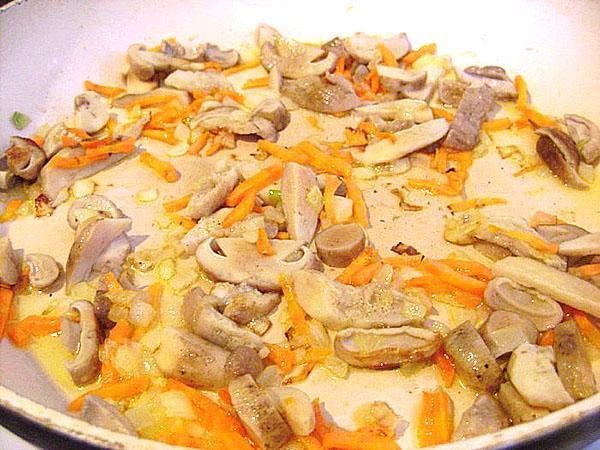 тушим лук, морковь и отваренные грибы