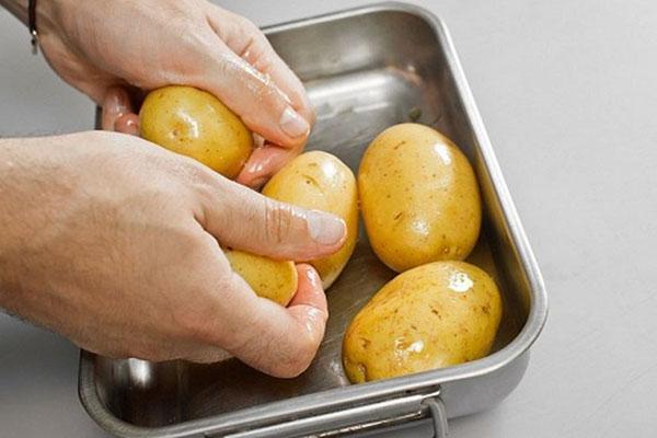 помыть картофель и запечь
