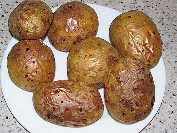 печеный картофель очистить