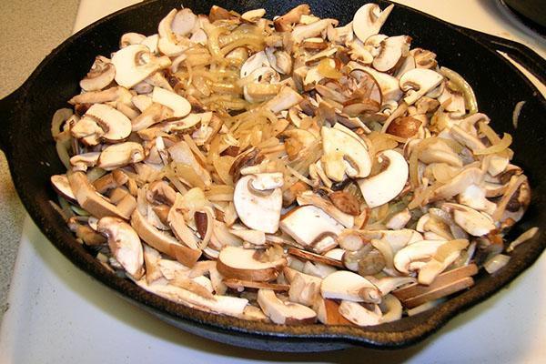 жарить грибы с луком