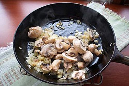 добавить грибы и протушить