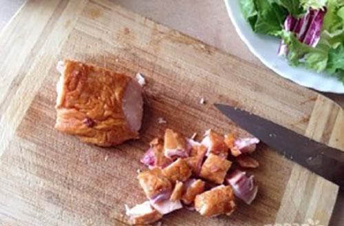 нарезать копченую курицу