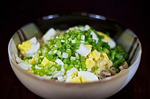 добавляют в салат лук