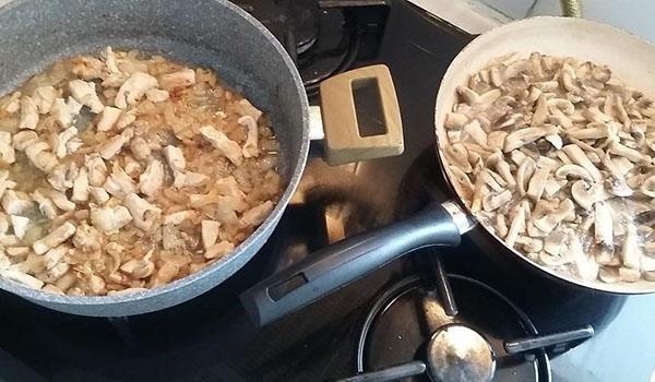 отдельно тушим мясо и грибы