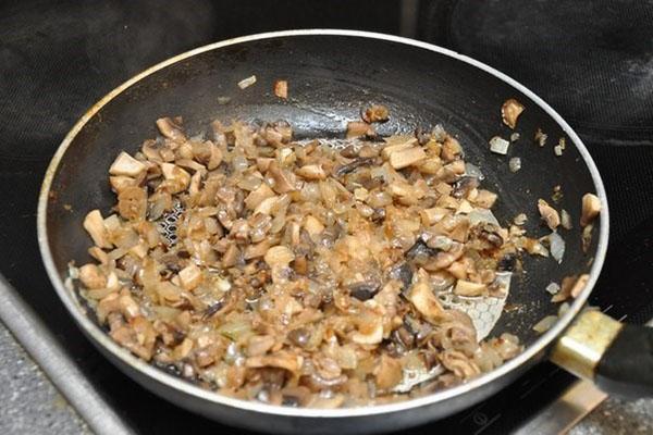 тушить грибы с луком