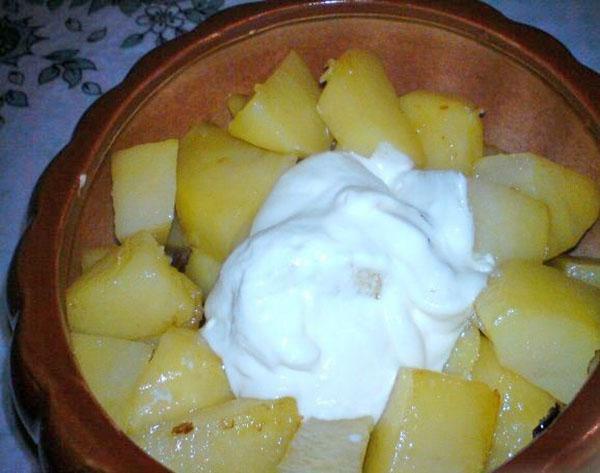 добавить картофель и сметану