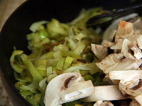 жарить грибы с луком пореем