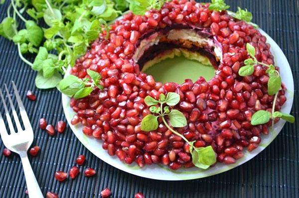 блюдо с ягодами граната