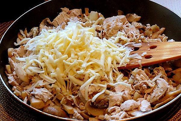 добавить куриное филе и сыр