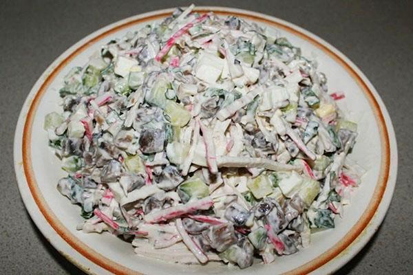 салат из крабовых палочек и жареных грибов