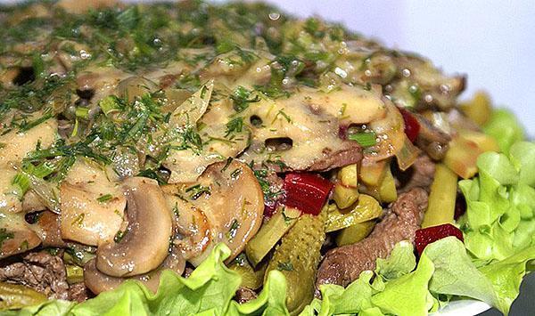 жареные грибы с беконом, сухариками и свиным филе