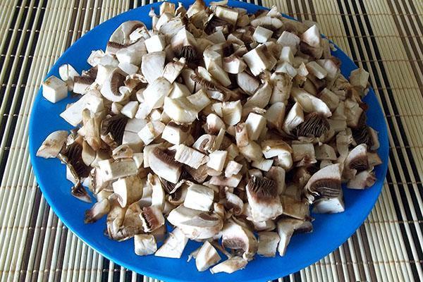 очищенные и нарезанные грибы
